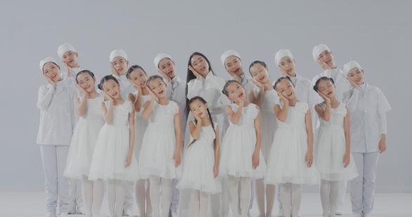 Mẹ con Đoan Trang hát tặng y bác sĩ trực đêm vì COVID-19 - Ảnh 5.