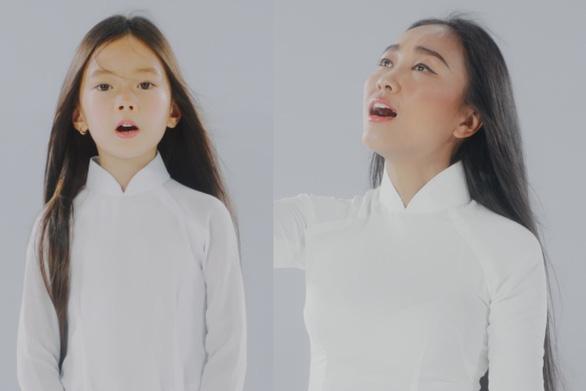 Mẹ con Đoan Trang hát tặng y bác sĩ trực đêm vì COVID-19 - Ảnh 2.