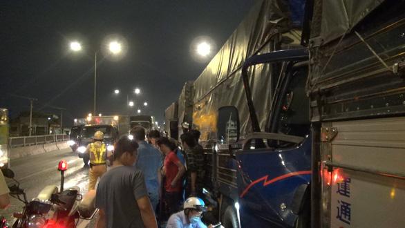 Tai nạn liên hoàn 8 xe ở An Sương, tài xế bị thương mắc kẹt trong cabin - Ảnh 2.