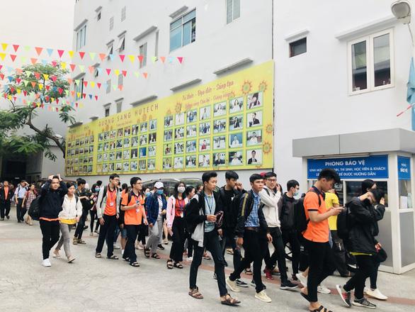 Nhiều trường ĐH cho sinh viên nghỉ vì nam tiếp viên và giáo viên tiếng Anh nhiễm COVID-19 - Ảnh 1.