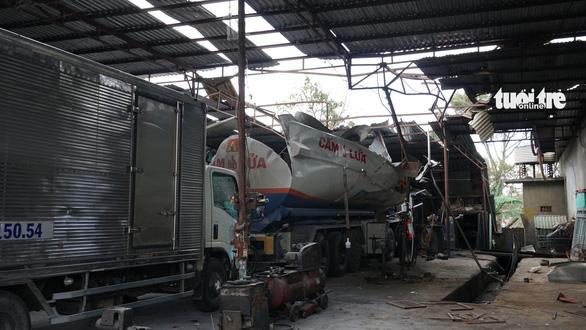 Nổ xe bồn chứa xăng dầu đang đậu trong garage, 3 người nhập viện - Ảnh 1.