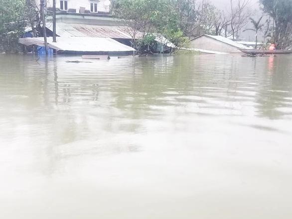 Quảng Nam: Mưa lớn, thủy điện xả nước, nhiều nơi chìm trong nước lũ - Ảnh 1.