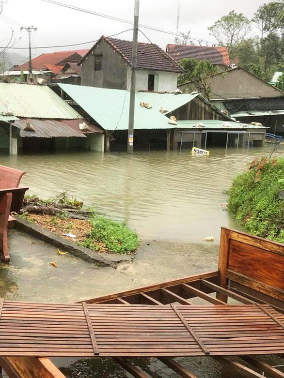 Quảng Nam: Mưa lớn, thủy điện xả nước, nhiều nơi chìm trong nước lũ - Ảnh 2.