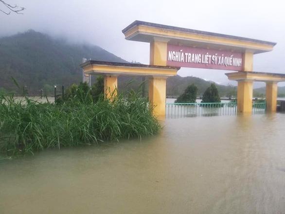 Quảng Nam: Mưa lớn, thủy điện xả nước, nhiều nơi chìm trong nước lũ - Ảnh 3.