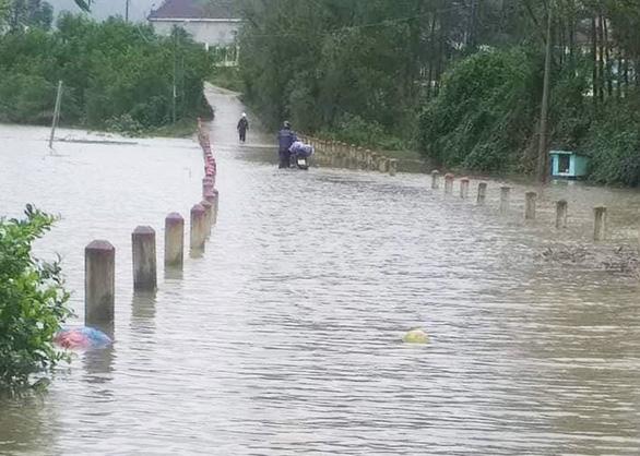 Quảng Nam: Mưa lớn, thủy điện xả nước, nhiều nơi chìm trong nước lũ - Ảnh 4.