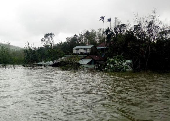 Quảng Nam: Mưa lớn, thủy điện xả nước, nhiều nơi chìm trong nước lũ - Ảnh 5.