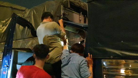 Tai nạn liên hoàn 8 xe ở An Sương, tài xế bị thương mắc kẹt trong cabin - Ảnh 4.