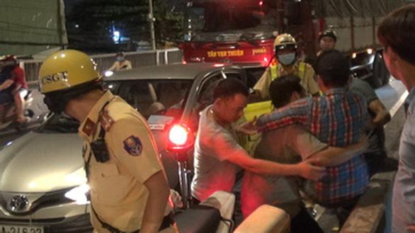 Tai nạn liên hoàn 8 xe ở An Sương, tài xế bị thương mắc kẹt trong cabin - Ảnh 5.