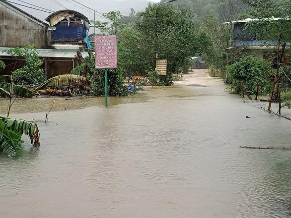 Quảng Nam: Mưa lớn, thủy điện xả nước, nhiều nơi chìm trong nước lũ - Ảnh 8.