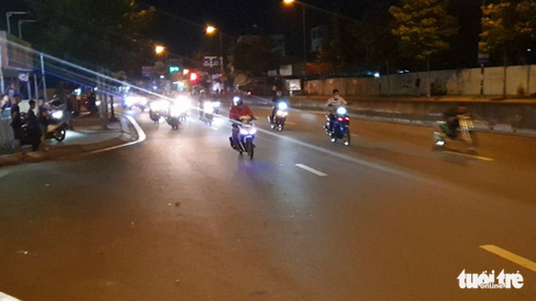 Diễn tập vây bắt quái xế đua xe trái phép trên đường Phạm Văn Đồng - Ảnh 2.