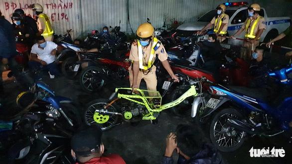 Diễn tập vây bắt quái xế đua xe trái phép trên đường Phạm Văn Đồng - Ảnh 3.