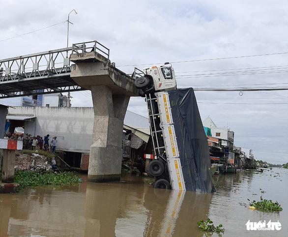 Khởi tố tài xế xe tải chở hơn 23 tấn lúa qua cầu 3,5 tấn gây sập cầu - Ảnh 1.