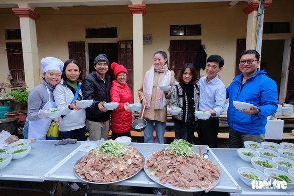 Hoa hậu Lương Thùy Linh, Diễm Hương cùng 2.000 tô phở cho em nhỏ miền núi - Ảnh 3.