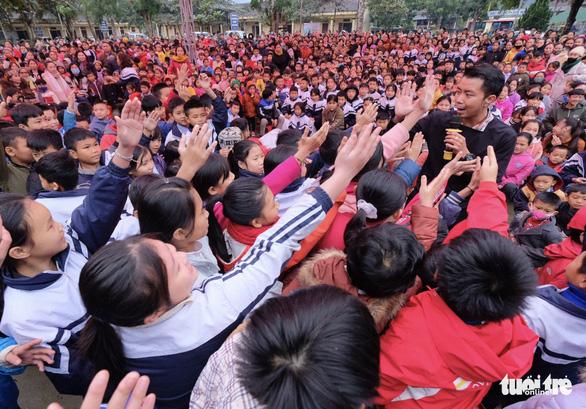 Hoa hậu Lương Thùy Linh, Diễm Hương cùng 2.000 tô phở cho em nhỏ miền núi - Ảnh 6.