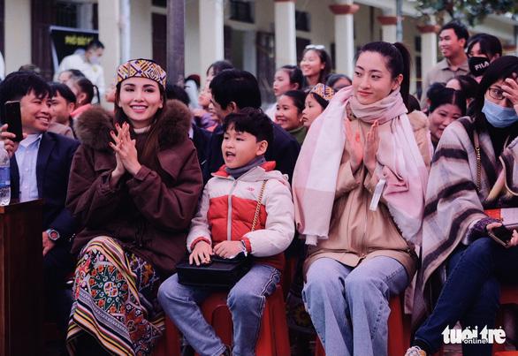 Hoa hậu Lương Thùy Linh, Diễm Hương cùng 2.000 tô phở cho em nhỏ miền núi - Ảnh 1.