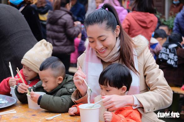 Hoa hậu Lương Thùy Linh, Diễm Hương cùng 2.000 tô phở cho em nhỏ miền núi - Ảnh 4.