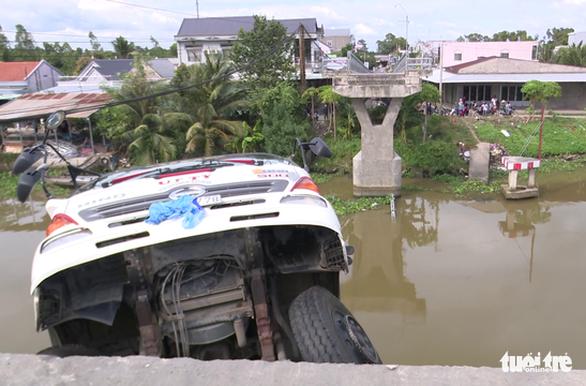 Khởi tố tài xế xe tải chở hơn 23 tấn lúa qua cầu 3,5 tấn gây sập cầu - Ảnh 2.