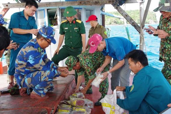 Phát hiện 20 gói ma túy in chữ Trung Quốc dạt vào bờ biển - Ảnh 1.