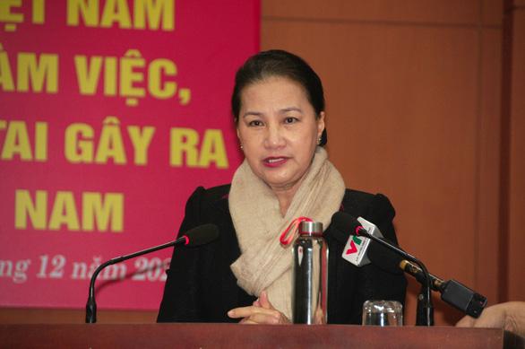 Chủ tịch Quốc hội thăm, tặng quà người dân vùng sạt lở Quảng Nam - Ảnh 1.