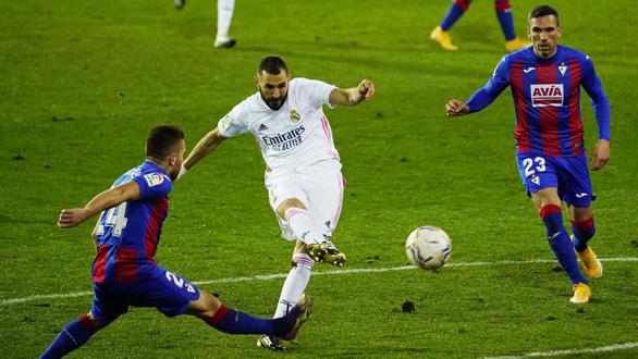 Benzema ghi bàn và kiến tạo, Real Madrid lên nhì bảng - Ảnh 1.