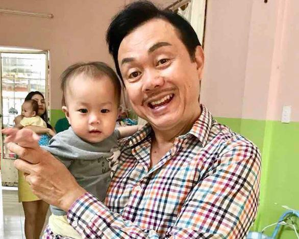 Bạn bè nghệ sĩ Chí Tài quyên tiền làm từ thiện ở Phú Quốc - Ảnh 1.