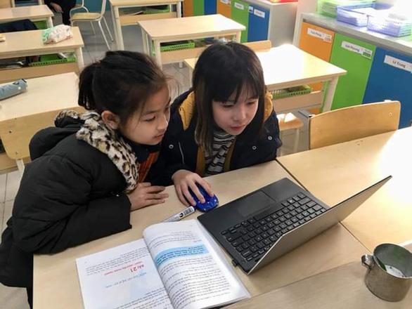 Bộ GD-ĐT: Không bắt buộc học sinh trang bị điện thoại phục vụ học tập - Ảnh 1.