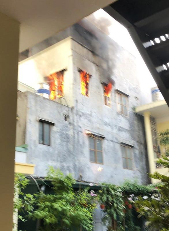 Cảnh sát giao thông leo lầu cứu bà cụ mắc kẹt trong đám cháy lớn - Ảnh 1.