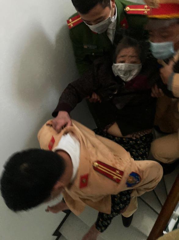 Cảnh sát giao thông leo lầu cứu bà cụ mắc kẹt trong đám cháy lớn - Ảnh 3.