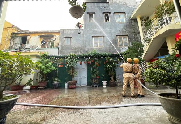 Cảnh sát giao thông leo lầu cứu bà cụ mắc kẹt trong đám cháy lớn - Ảnh 4.