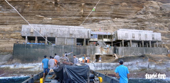 Sóng đánh phủ nhà làm việc trạm hải đăng Hòn Hải, hai nhân viên rơi xuống biển mất tích - Ảnh 2.