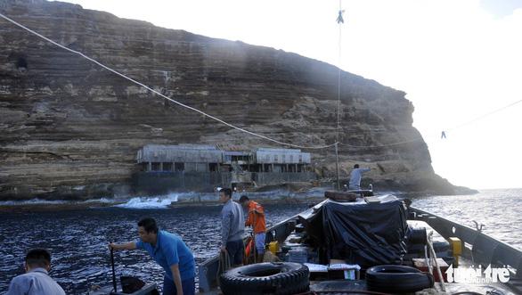 Sóng đánh phủ nhà làm việc trạm hải đăng Hòn Hải, hai nhân viên rơi xuống biển mất tích - Ảnh 1.