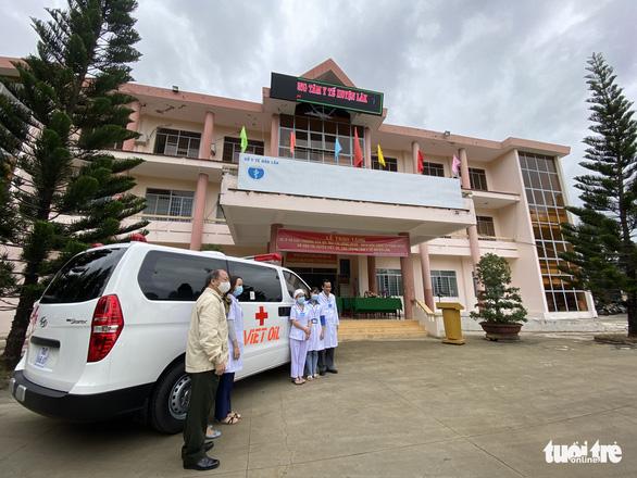 Trao xe cứu thương cho huyện vùng sâu Đắk Lắk - Ảnh 1.