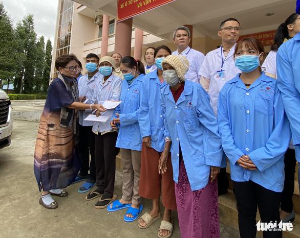 Trao xe cứu thương cho huyện vùng sâu Đắk Lắk - Ảnh 3.