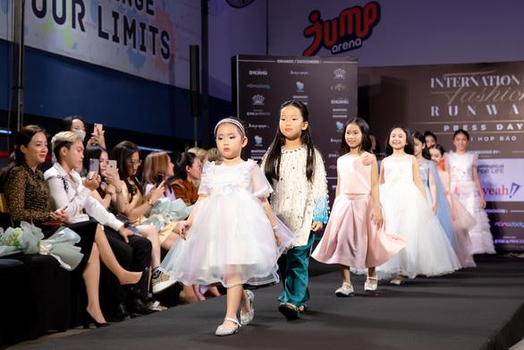 Sĩ Hoàng thực hiện bộ sưu tập áo dài trẻ em vì đại dương không rác thải nhựa - Ảnh 4.