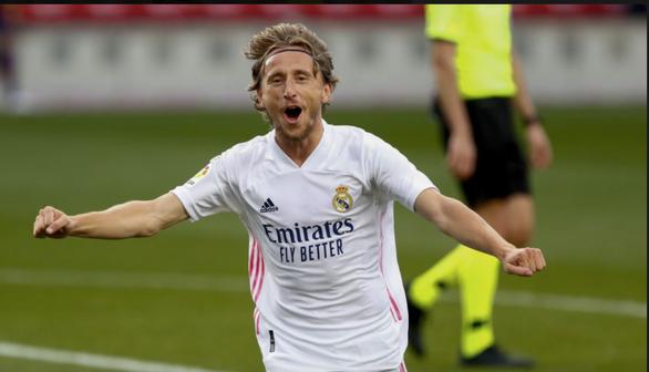 Benzema ghi bàn và kiến tạo, Real Madrid lên nhì bảng - Ảnh 2.