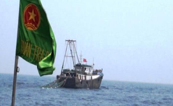 Đuổi 2 tàu cá treo cờ Trung Quốc áp sát giàn khai thác khí Thái Bình - Ảnh 1.