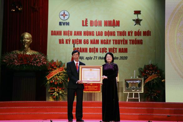 Trao tặng danh hiệu Anh hùng Lao động cho công nhân ngành điện Trương Thái Sơn - Ảnh 1.