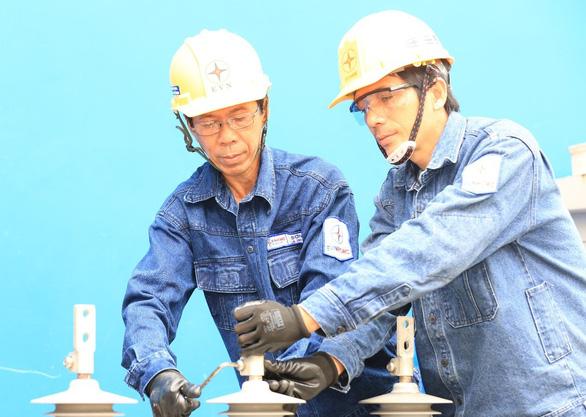 Trao tặng danh hiệu Anh hùng Lao động cho công nhân ngành điện Trương Thái Sơn - Ảnh 2.