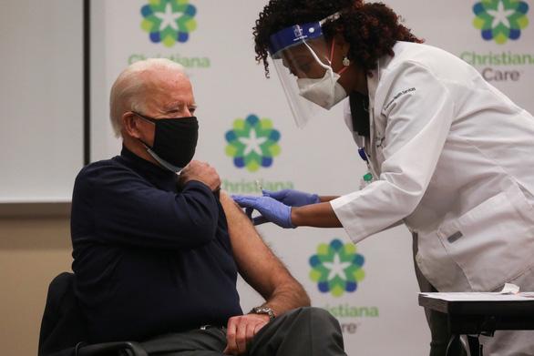 Ông Biden tiêm vắc xin phòng dịch, ghi nhận công lao của ông Trump - Ảnh 1.