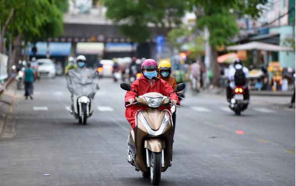 Sài Gòn mưa sáng sớm, tiết trời se lạnh - Ảnh 4.