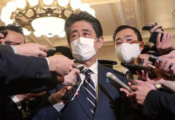 Cựu thủ tướng Nhật Abe Shinzo bị thẩm vấn về vụ dùng quỹ chính trị tổ chức tiệc tùng - Ảnh 1.