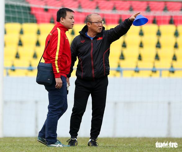 HLV Park Hang Seo phàn nàn về sân đấu của ĐTQG và U22 Việt Nam - Ảnh 2.