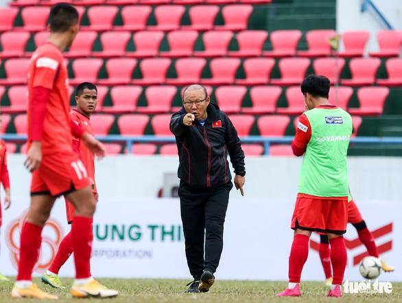 HLV Park Hang Seo phàn nàn về sân đấu của ĐTQG và U22 Việt Nam - Ảnh 4.