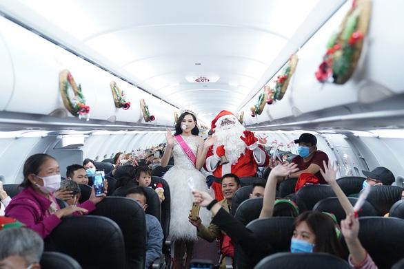 Rực rỡ sắc màu cổ tích trên chuyến bay đặc biệt đón Giáng sinh - Ảnh 7.