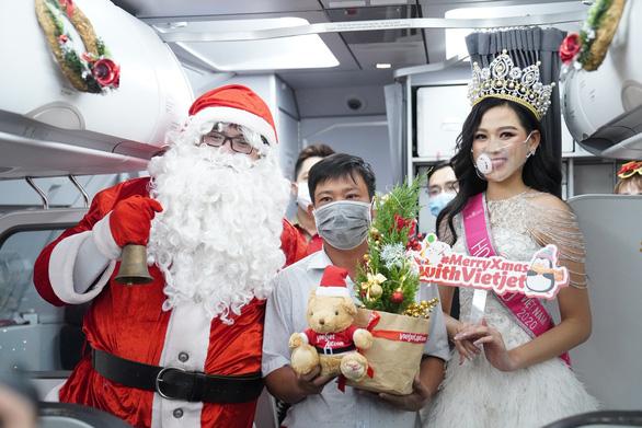Rực rỡ sắc màu cổ tích trên chuyến bay đặc biệt đón Giáng sinh - Ảnh 8.