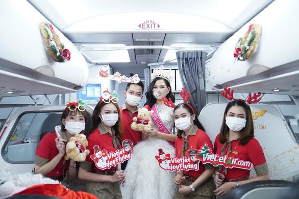Rực rỡ sắc màu cổ tích trên chuyến bay đặc biệt đón Giáng sinh - Ảnh 9.