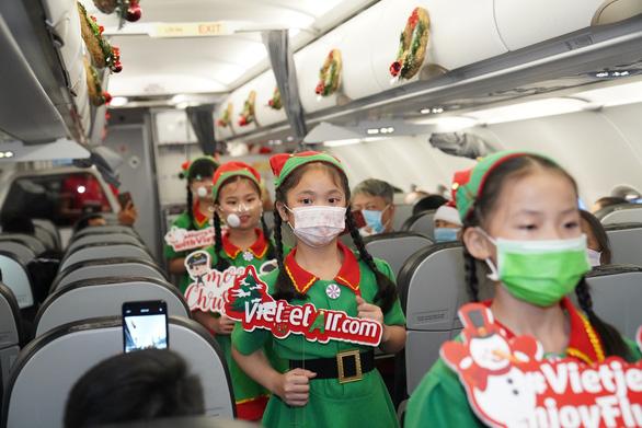 Rực rỡ sắc màu cổ tích trên chuyến bay đặc biệt đón Giáng sinh - Ảnh 4.