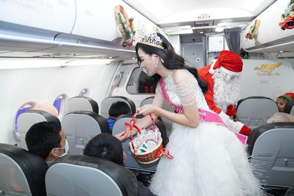 Rực rỡ sắc màu cổ tích trên chuyến bay đặc biệt đón Giáng sinh - Ảnh 6.