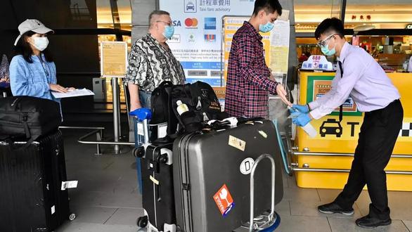 Hãng bay Đài Loan sa thải phi công gây ra ca nhiễm trong cộng đồng - Ảnh 1.