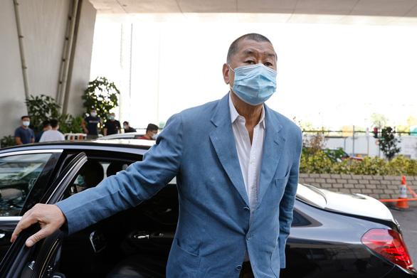 Tỉ phú Jimmy Lai được tại ngoại sau khi đóng 1,3 triệu USD bảo lãnh - Ảnh 1.